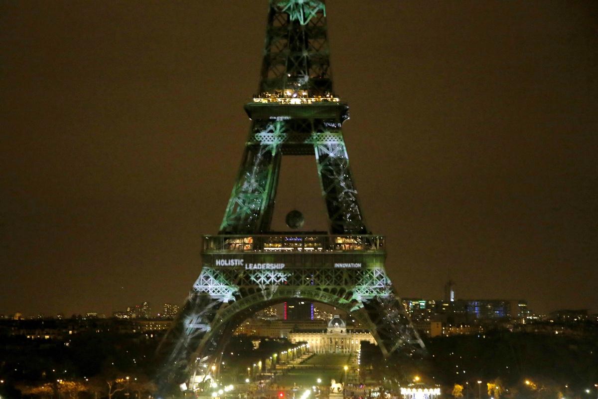 La tour eiffel se pare des couleurs de la cop21 - Couleur de la tour eiffel ...