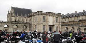 Paris : des centaines de motards protestent contre le plan antipollution