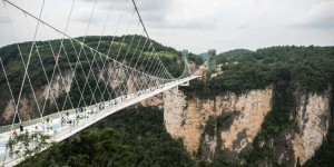 EN IMAGES. Chine : voici le pont en verre le plus long du monde